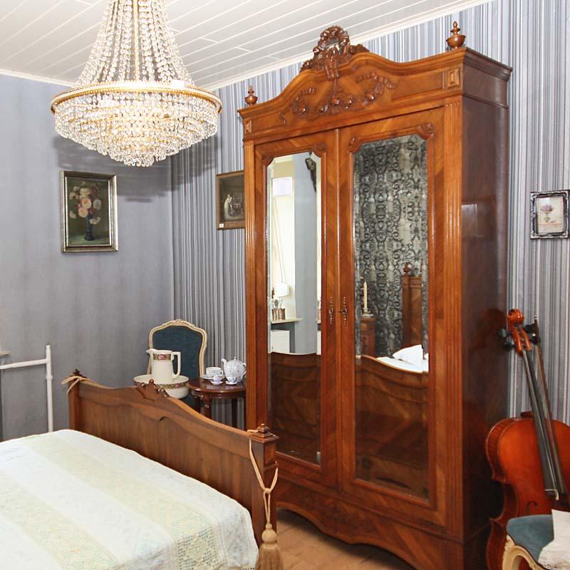 schlafzimmer antik antik la flair antike m bel und. Black Bedroom Furniture Sets. Home Design Ideas